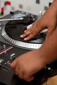 Hip-hop dj rascando el registro — Foto de Stock
