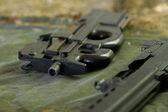 自動小銃、地面に横たわっています。 — ストック写真