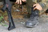 Soldado sus botas del cordón — Foto de Stock