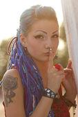 刺青を持つ魅力的な漫画の女の子 — ストック写真