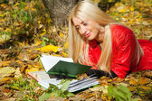 Girl wiht in autumn park — Stock Photo