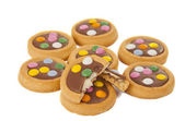 Biscuits with milk chocolate and coloured chocolate beans isolat — Stockfoto