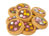 Biscuits with milk chocolate and coloured chocolate beans isolat — Foto de Stock