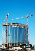 Tower cranes make skyscraper — Stock Photo