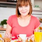 Beautiful woman having a healthy breakfast — Stock Photo