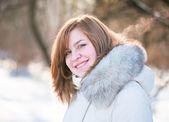 Genç kadın kış portresi. sığ dof. — Stok fotoğraf
