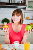 Young woman chooses healthy diet — Stock Photo