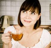 Młoda kobieta sukces, cieszyć się filiżanką kawy w domu. — Zdjęcie stockowe