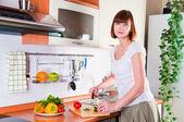 Kvinna förbereda något att äta — Stockfoto