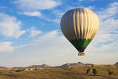 Balloon flying over Cappadocia, Turkey — ストック写真