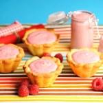 Cake with raspberry yogurt dessert — Stock Photo