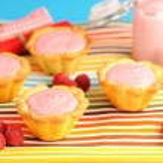 pastel con postre yogur frambuesa — Foto de Stock