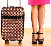 Frau mit reise-koffer — Stockfoto