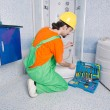 Plumber working in the bathroom - Foto Stock