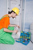 Plumber working in the bathroom — Stockfoto