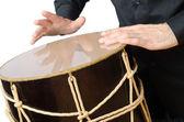 Batterista con tamburo giocando su bianco — Foto Stock