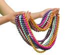 Collana di perle in mano su bianco — Foto Stock