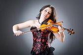 Violinista femenina contra el fondo — Foto de Stock