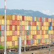 stapels van containers in de haven laden — Stockfoto