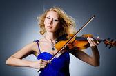 Mulher com violino em estúdio — Fotografia Stock
