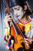Clown auf der geige spielen — Stockfoto