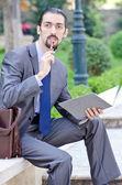 Jeune homme d'affaires dans la rue — Photo