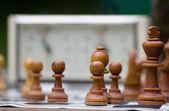 Chessmenna stå på ett schackbräde. litet djup av skärpa. — Stockfoto