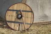 戦斧と木製シールド. — ストック写真