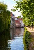 Vista classica dei canali di bruges. Belgio. — Foto Stock