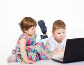 Çocuk çizgi film filmleri laptop bak — Stok fotoğraf