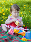 Little girl on picnic in city park — Stock Photo