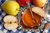 Honey with apple for Rosh Hashana — Stock Photo