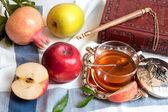 Honey with apple for Rosh Hashana — Stock Photo