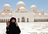 Emirates Abu Dhabi Dubai Arabian women at Sheikh Zayed Mosque — Stock Photo