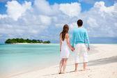 在海滩上的情侣 — 图库照片