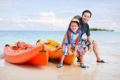 Far och son efter kajakpaddling — Stockfoto