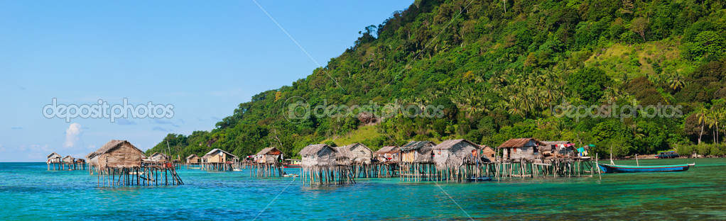 Traditional sea gypsy village near Bohey Dulang island in Malaysia — Stock Photo #10793129