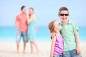 Gelukkige familie op strand — Stockfoto