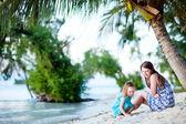 Mutter und tochter am strand — Stockfoto