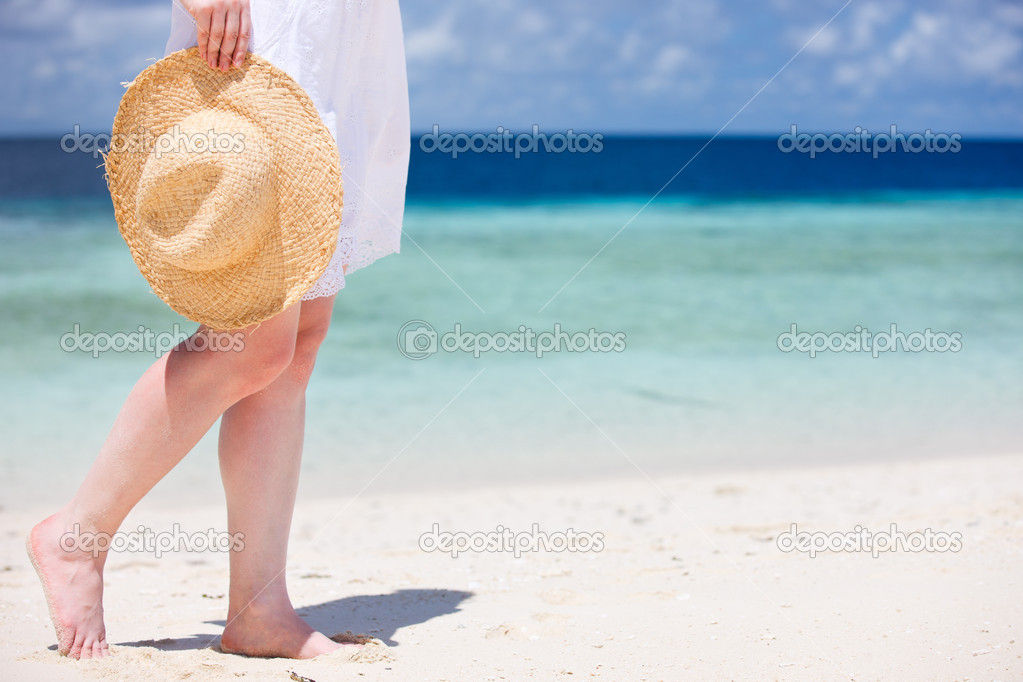 Close up of young woman with straw hat at tropical beach — Stock Photo #11079493