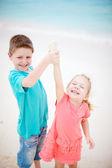 šťastné děti na pláži — Stock fotografie