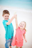 Glückliche kinder am strand — Stockfoto