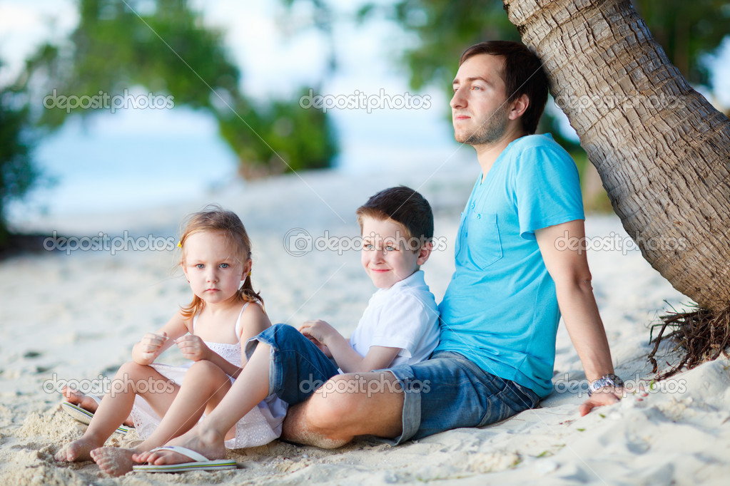 Father and his two kids enjoying time at beach — Stock Photo #11080032