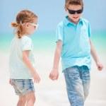 niños caminando en la playa — Foto de Stock