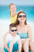 Madre e hijos en la playa — Foto de Stock