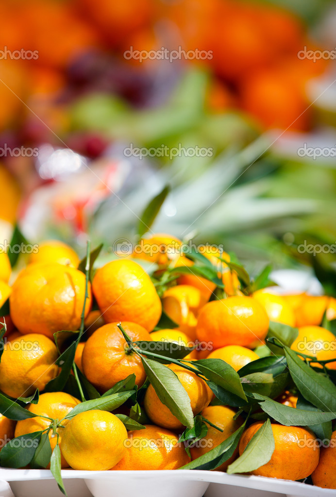 Selection of fresh oranges at market — Stock Photo #11192037