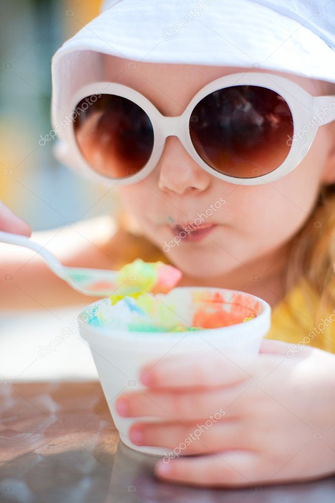 Outdoor portrait of adorable little girl eating ice cream — Stock Photo #11192287