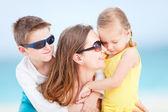 Matka i dzieci na plaży — Zdjęcie stockowe