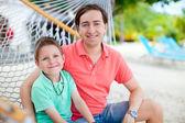 Vader en zoon op hangmat — Stockfoto