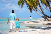Baba ve kızı bir plajda — Stok fotoğraf